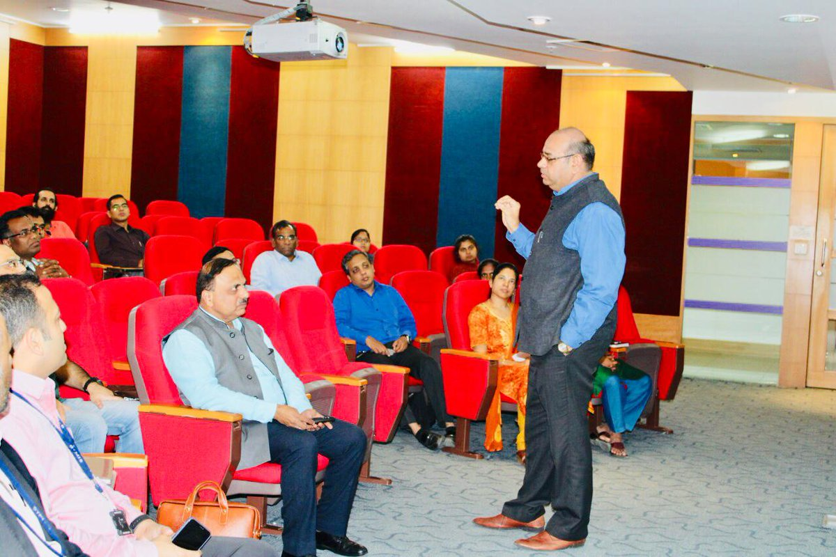 Sh. Shialendra Tyagi, Director STPI-Bengaluru emphasized abt the benefits & offerings of STPI CoE #STPIIoTOpenLab to the start-ups in his opening note during the workshop conducted at STPI-Bengaluru #STPICoEs @rsprasad @SanjayDhotreMP @SecretaryMEITY @Omkar_Raii<br>http://pic.twitter.com/fqhQVV0zNR