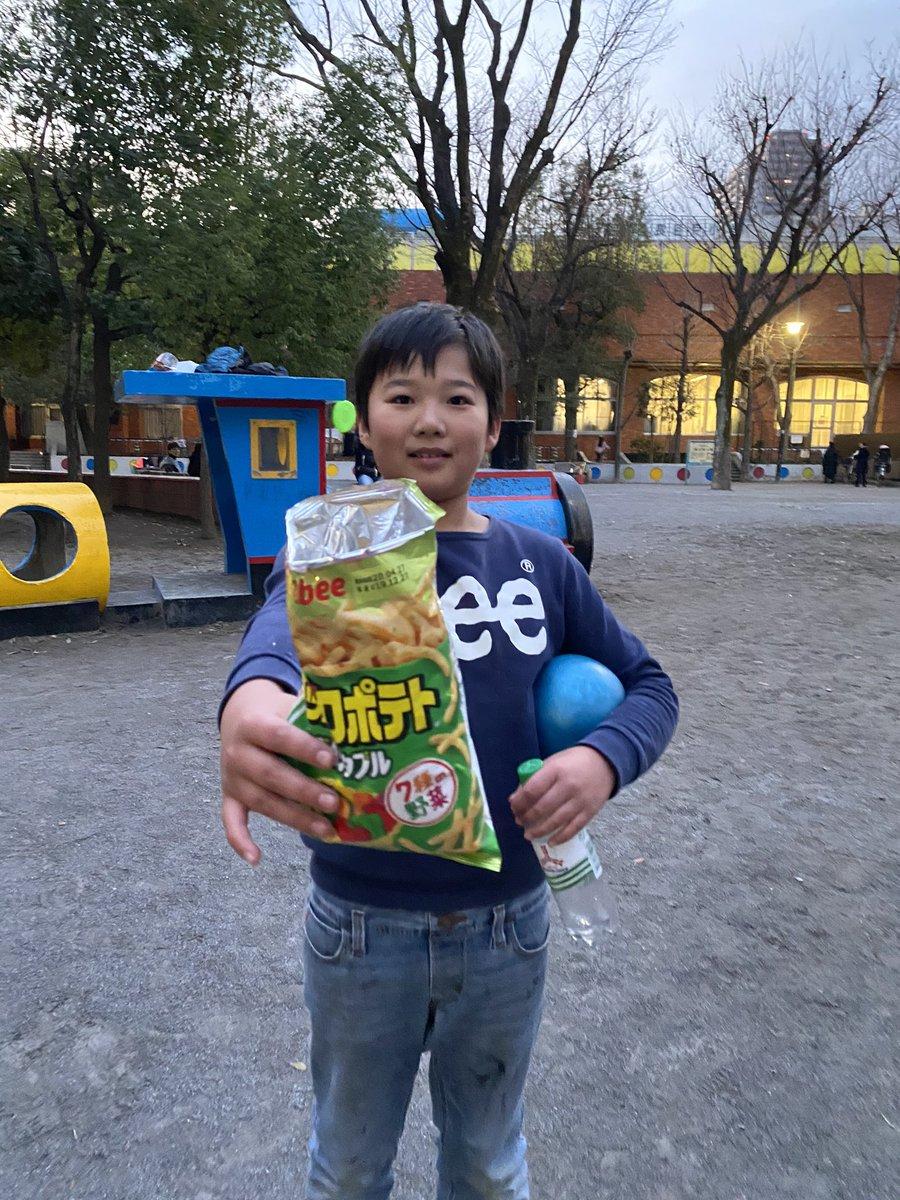 公園で撮影してたら子供が、「がんばってください!これよかったらどうぞ!」って言って8割くらい食べ終わってるポテチ袋ごとくれた