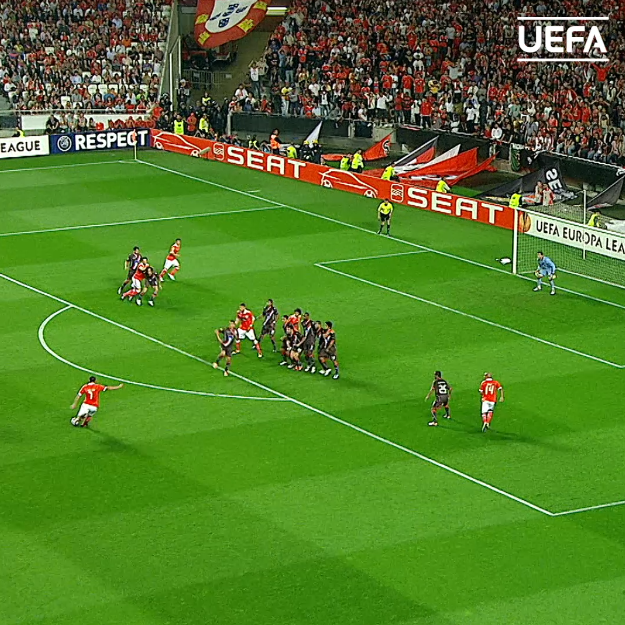 The perfect free-kick? 🤔 🇵🇾 Óscar Cardozo for @SLBenfica 🎯 #UEL | #ThrowbackThursday