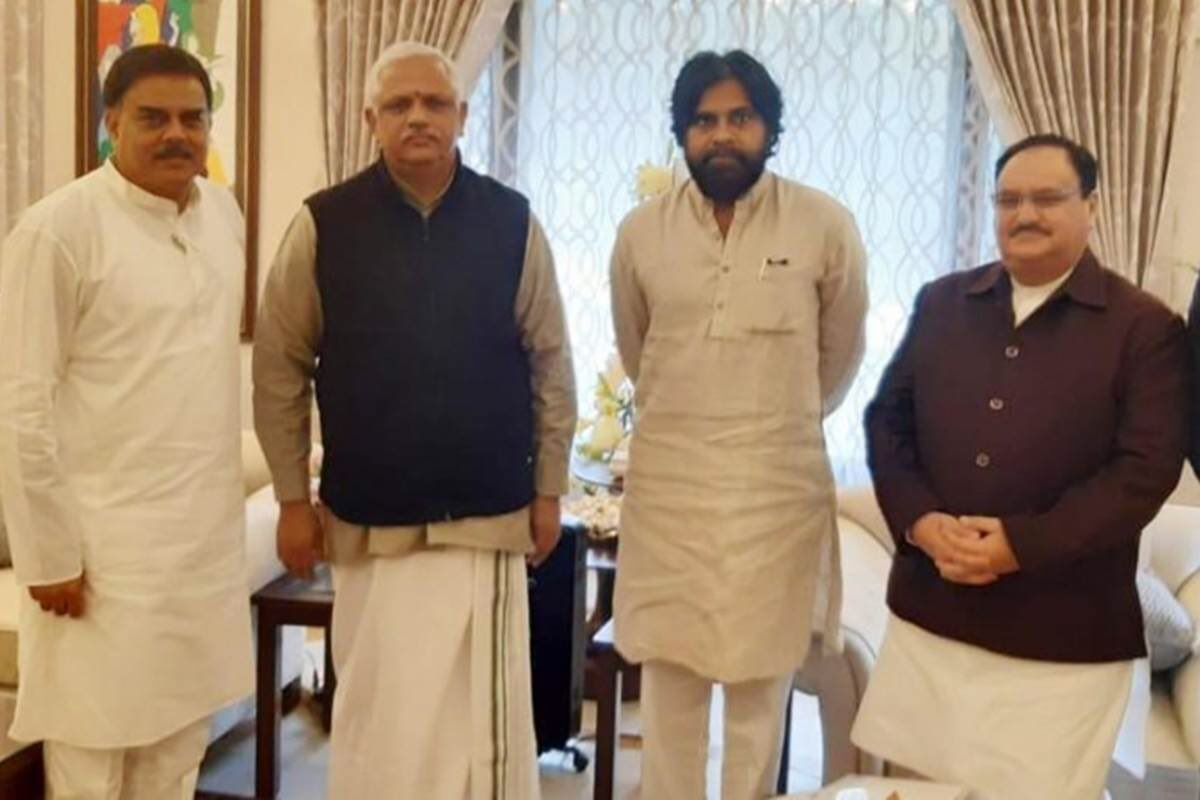 """Andhra Pradesh: BJP, Jana Sena join hands, announce alliance  Jana Sena chief Pawan Kalyan and state BJP president Kanna Lakshmi Narayana announced the alliance at a meeting in Vijayawada near here and said it would work to end """"casteist, dynastic and corrupt"""" regimes. pic.twitter.com/Y2sMKCPsyo"""
