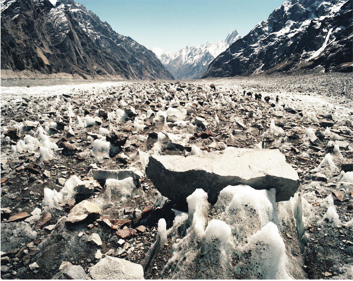 Descente du #Biafo. « Ici chaque caillou porte une ombre sur la glace qui la protège du soleil et le caillou finit perché. » (#Zabardast, journal intime au #Karakoram - Jérôme Tanon) https://www.leseditionsdumontblanc.com/fr/accueil/82-zabardast.html… #Himalaya