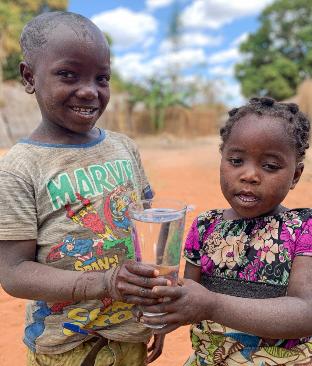 Children often share the burden of water collection with their mothers which takes away time that could be spent in school ☀️ 📚 Millions of families do not have clean water or a functional toilet at home🚿 🚽 #cleanwaterforall #bepartofthesolution #takeaction 🌟