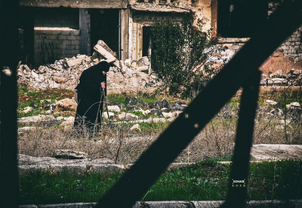 An old woman between bars of life ... . . . Homs/old city  #photography #photo #photoshoot #photooftheday #portraitphotography #portrait #portrait_vision #women #womenportrait #bars #homs #old #city #war #syrian   اول بوست عالحساب ل ٢٠٢٠pic.twitter.com/NDoqqfGRtw