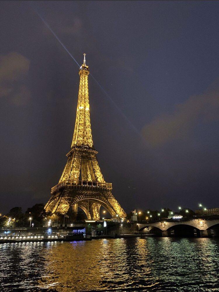 Paris twitter.com/kameliabogossa…