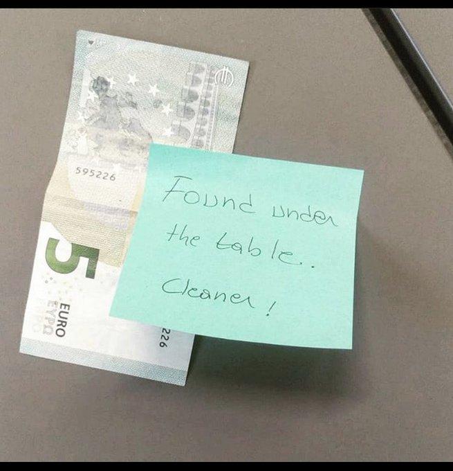 Finlandia, italiano domiciliato lì per lavoro,  perde 5 euro in ufficio e sulla scrivania trova una sorpresa...