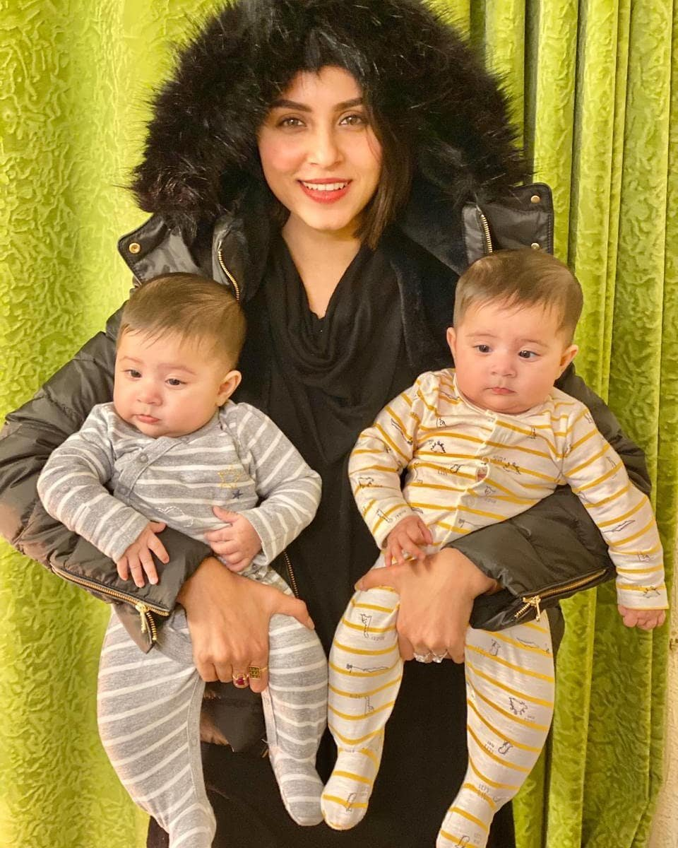 Cuteness overloded#NimraKhan looks adorable with her cute nieces . pic.twitter.com/MRlzu5oemi