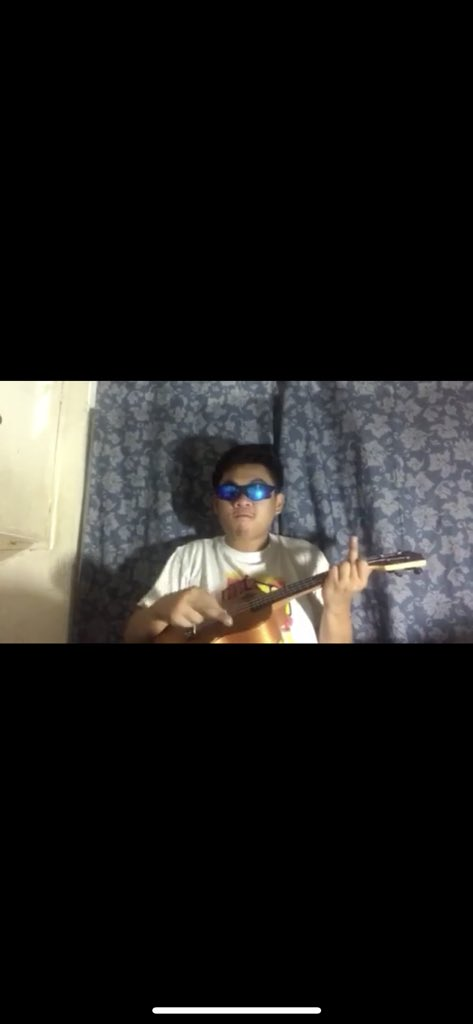 Free tutorial!for those who wants to learn how to play the uke HAHAHA dm @ianmunyowz<br>http://pic.twitter.com/A7X0L2Eqs3