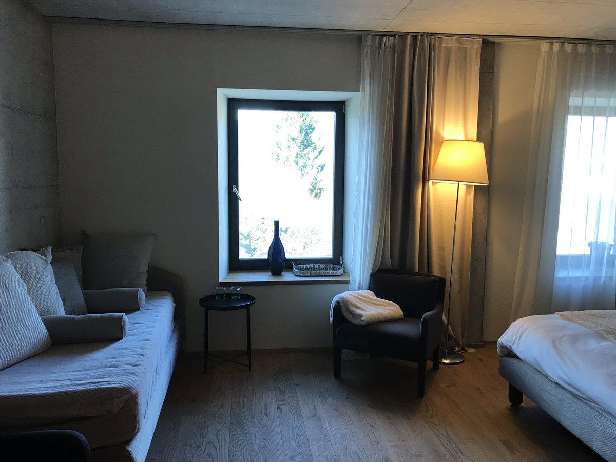 Coup de cœur pour l'#hotel de l'ours complètement refait  une ambiance chaleureuse tout en bois et béton apparent avec des hôtes tout à fait charmants  je valide !  #jurabernois @Jura3Lacs #cosy #hebergement #architecture @MySwitzerland_f #suisse @GDavotpic.twitter.com/e3Jnw8W9XR