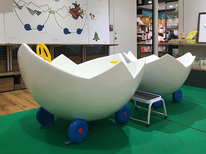 池袋三省堂の児童書売場にぐりぐら号が。搭乗可。