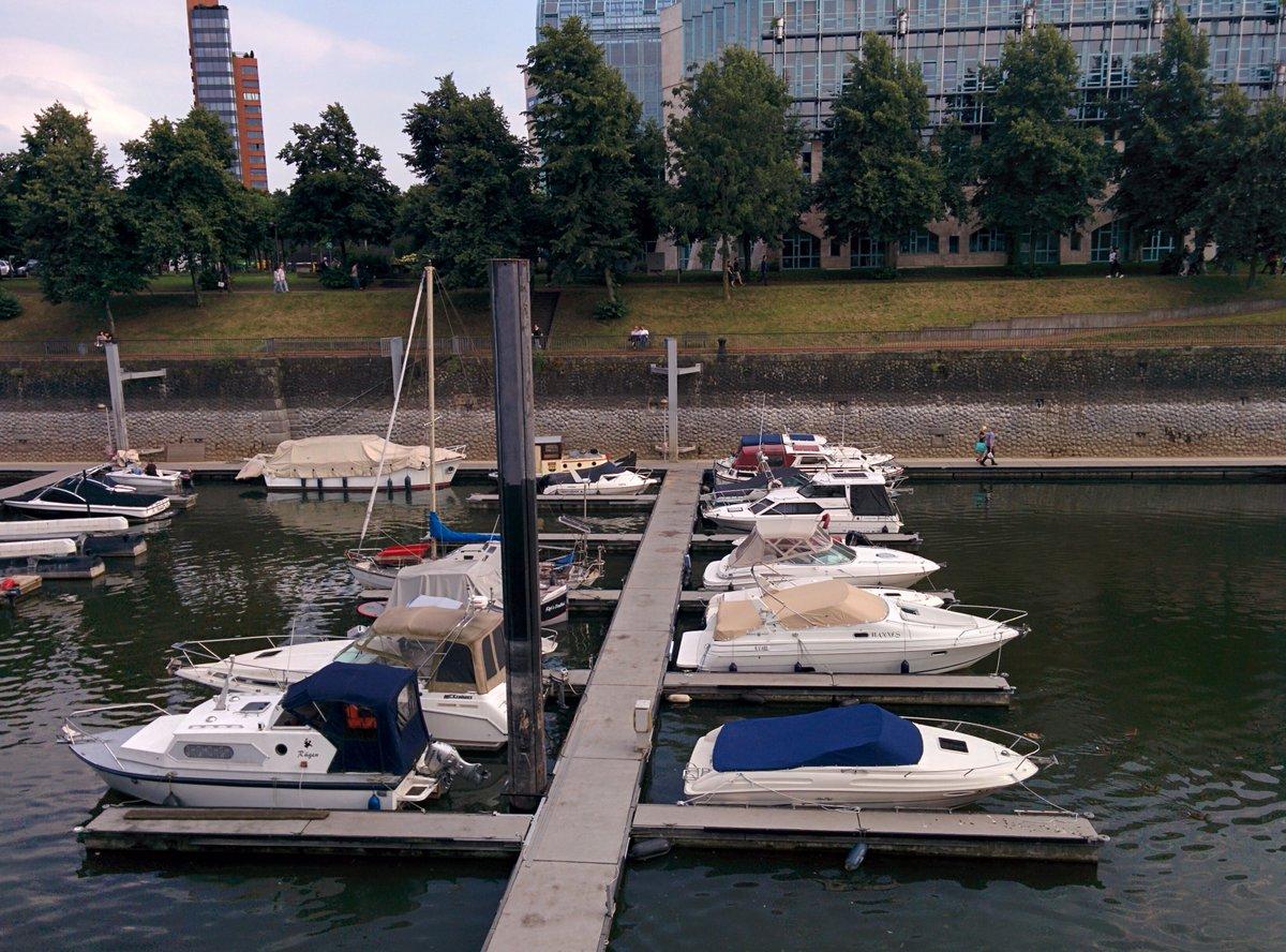 In Medienhafen #Dusseldorf #Medienhafen #Mediaharbour #boats #yachtspic.twitter.com/RQzCUAtEKP