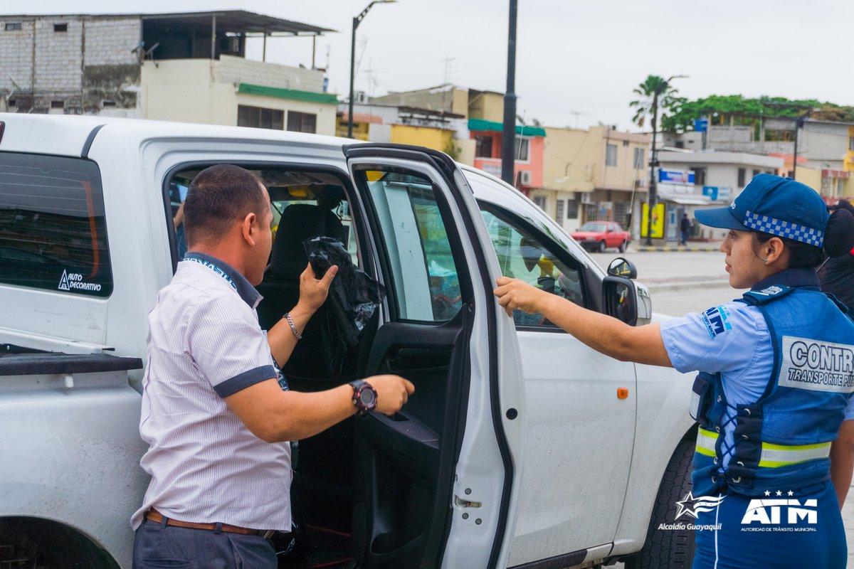Hoy, en el operativo realizado en la Av. José María Egas, 3 vehículos y 1 moto fueron retenidos. 22 conductores fueron sancionados por no tener documentación al día, portar películas polarizadas y conducir vehículos sin placas. ¡El control es para todos! #SomosMásQueTránsito