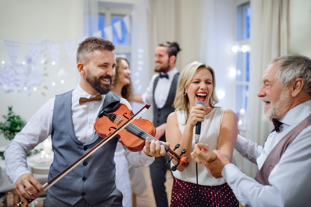 Hiring wedding entertainment doesn't have to be expensive or break the bank 🐷💸  Are trying to figure out how to plan a wedding on a budget 🤔  We've outlined our favourite #budget friendly #wedding entertainment ideas! ❤️👌  https://t.co/jk9kQgQIkg https://t.co/4OejviA974
