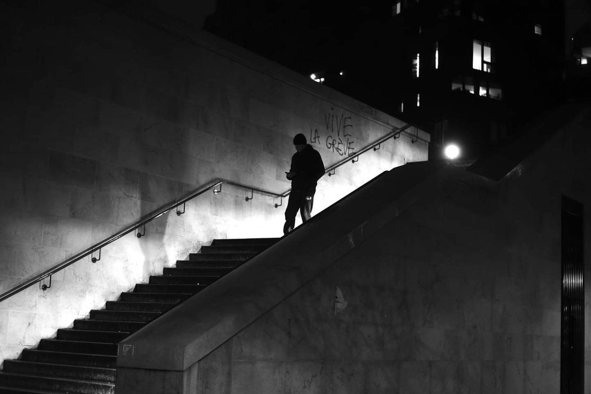 Along the tagged wall #streetphotography #blackandwhite #Paris #pascalcolin #canon #50mmpic.twitter.com/FSX8SvsKJO