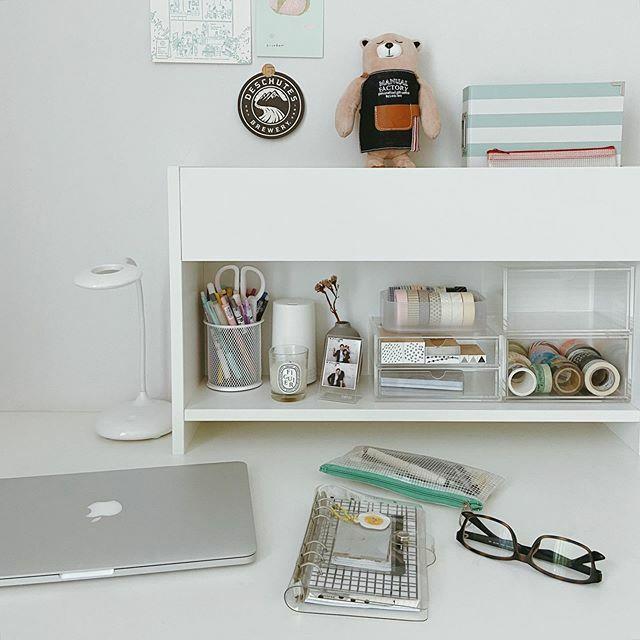 Rearranged my room and finally made use of that idle desk  . . . . . #homeoffice #deskgoals #deskinspo #officeinspo #deskdecor #deskstyling #deskspace #desksetup #onmydesk #studyspace #studygram #stationeryaddict #plannercommunity #pencilcase #journ… https://ift.tt/2NzQzXDpic.twitter.com/mJ2SOi42OF