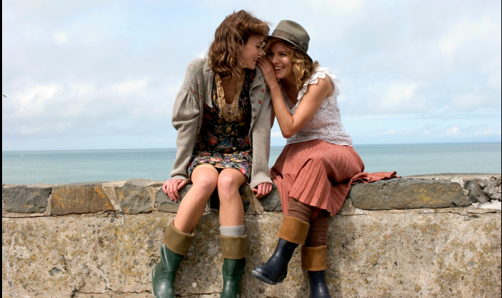 Okay, more #movies - #TheEdgeOfLove - the poet #DylanThomas with the two womem he loved, played #KeiraKnightley and #SiennaMiller who come to love each other. A fun and sad love story.pic.twitter.com/P80hHIzzW5
