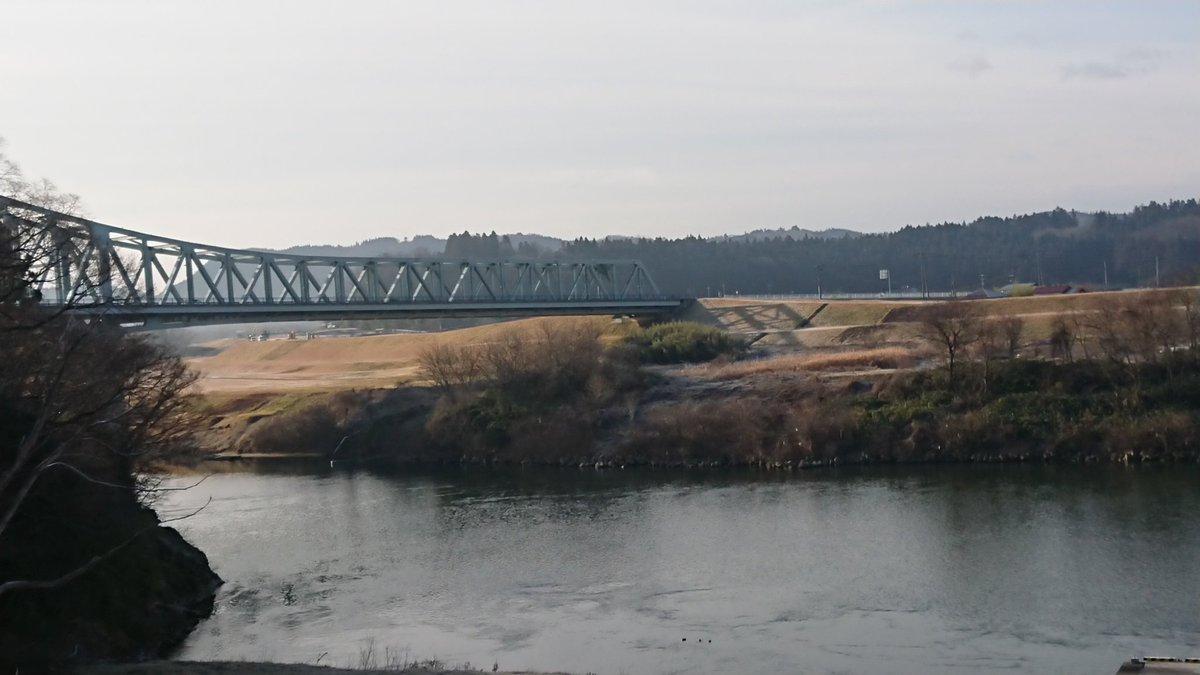 今朝の北上川。 今日もびりっと寒い一関市川崎町。雪は本当に降らない…今年川の水が心配・゜・(つД`)・゜・ #北上川 #寒いけど  #雪少ない
