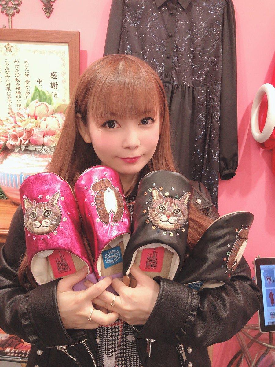 mmts お店は中野ブロードウェイ3階、ピンクのネオンが目印 わたしが描いた猫の絵の服 大好きな中野ブロードウェイにbeamsと猫と幸せのお店!男女問わず装備できるよ 遊びに来てね  https://t.co/QseAvmI8zm… https://t.co/rqMOZKIdP1