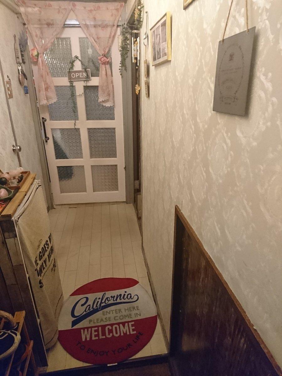今日床材4箱届いた❤️ 早速玄関だけ張り替えてみた☝ 一枚目ビフォー 二枚目アフター この床材すごくいい‼️てか良すぎる♥ #RESTA #リスタ #DIY