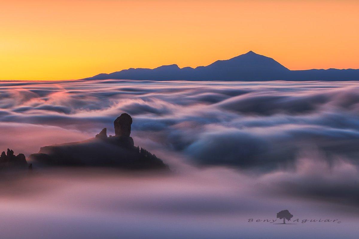Mar de nubes entre el Roque Nublo y el Teide.   #grancanaria #tenerife #tejeda  #islascanarias #canarias #sunset #canonespaña #liveforthestory #canonstories @CanonEspana #tesoroscanarios @EmocionesCan @MeteoRTVCpic.twitter.com/CvzT71GO1d