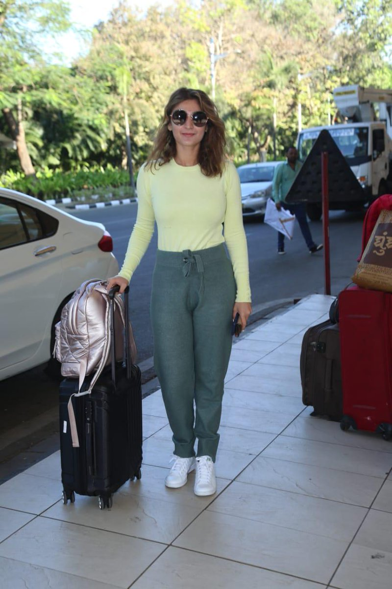 #DhvaniBhanushali was papped at the airport as she headed for promotions of her new single #NaJaTu which crossed 17 million views in just 5 days!pic.twitter.com/fbVdZfeq0t