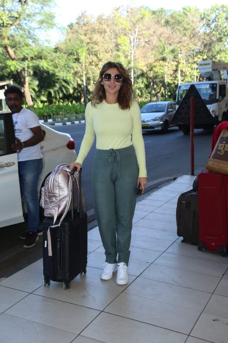 Pop sensation @dhvanivinod was papped at the airport as she headed for promotions of her new single #NaJaTu which crossed 17 million views in just 5 days!   #dhvanibhanushali #AirportLook #Bollywood #Singer #celebrity #UrbanAsianpic.twitter.com/ZYBx4fyLh1