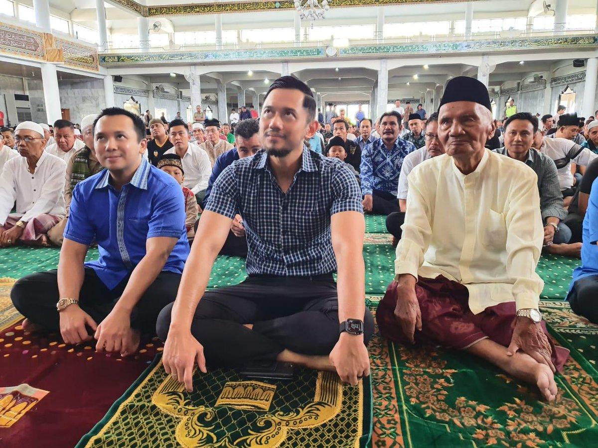 Wakil Ketua Umum @PDemokrat Agus Harimurti Yudhoyono (AHY) bersama KH Arief Mahya (Ayahanda @AndiArief__ ) dan Ketua Demokrat Lampung, Ridho Ficardo di Masjid Agung Al-Furqon, Lampung.  #AHY #demokrat