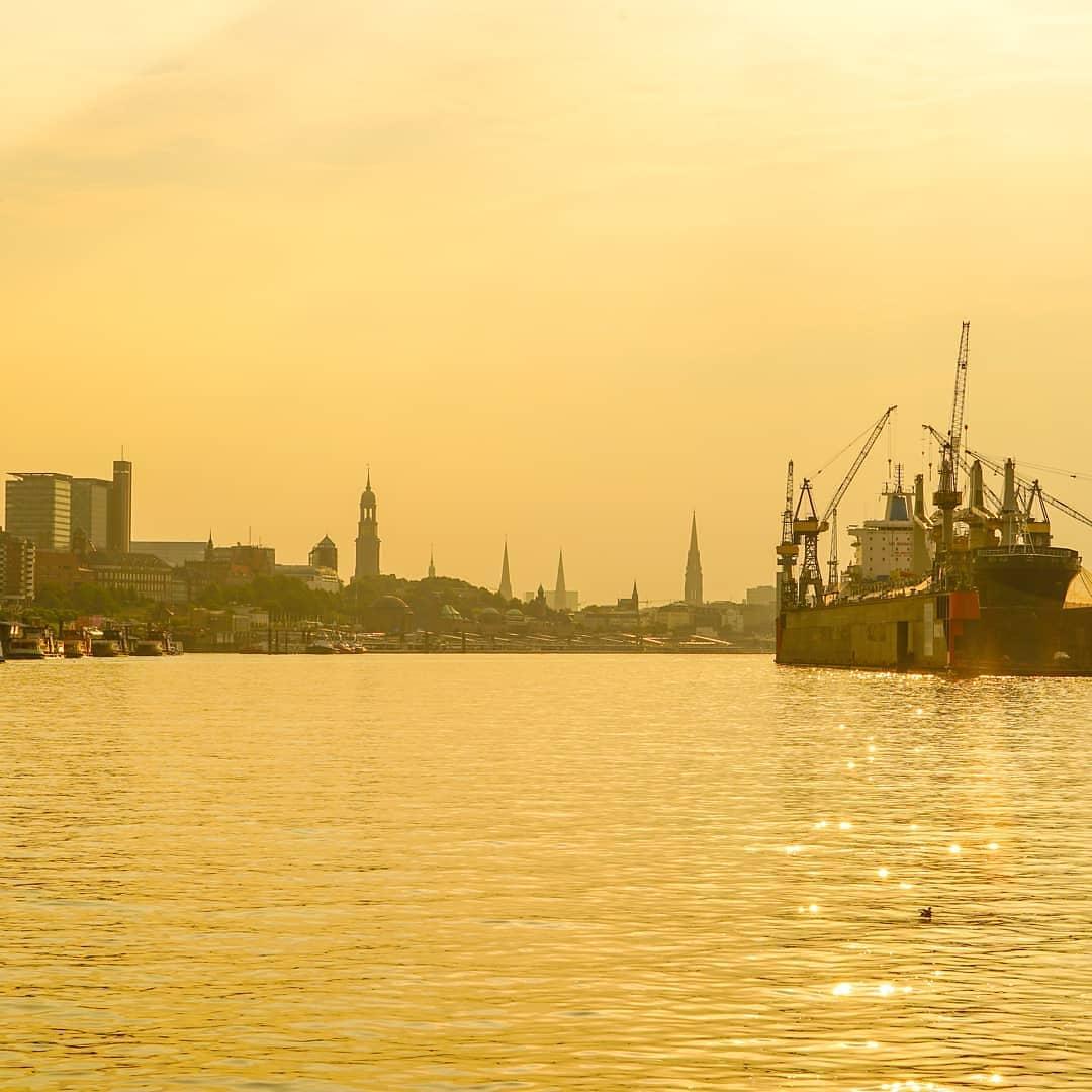 Hamburg in der Frühe - Auf ein  Wochenende.  Gerne FOLGEN  Hamburg Fotografiert auf Instagram: https://www.instagram.com/hamburgfotografiert…  #HamburgFotografiert #Hamburg   pic.twitter.com/RE6kGESzOd  by Watergate Hamburg
