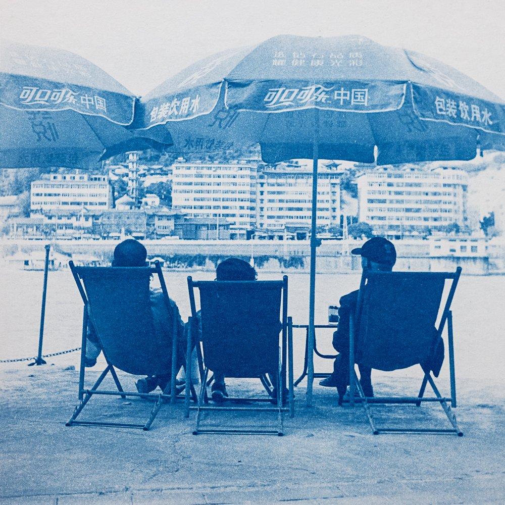 Unser Foto zum #Wochenende: drei Teetrinker am Gelben Fluss in Lanzhou, China. Aufgenommen von IWH-Forscher Konstantin Wagner & im Edeldruckverfahren Cyanotypie auf Papier gebracht. Mehr davon jetzt in einer Ausstellung. ➡️ Eröffnung am Sa., 18.01., 19 Uhr, im Lichthaus #Halle