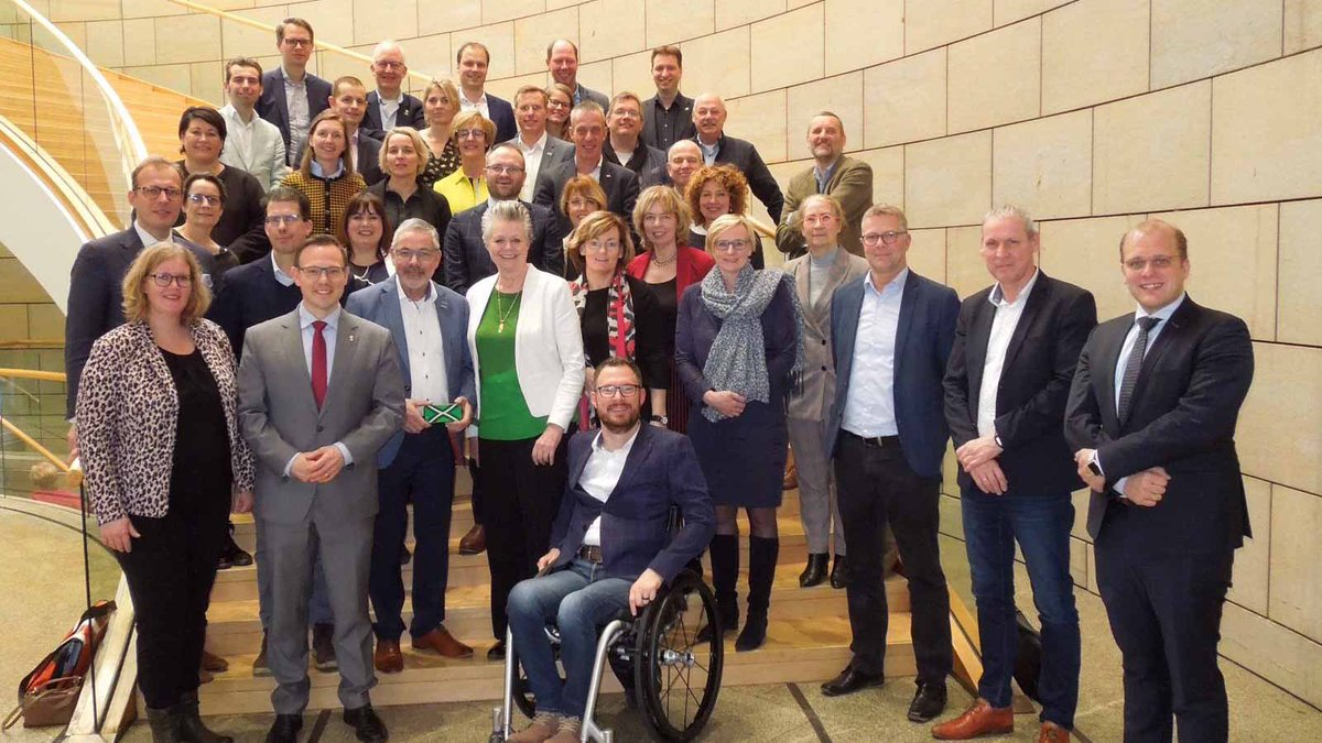 Met colleges #Achterhoek zijn we in @VisitDusseldorf. Bezoek aan @Landtag_NRW @Grenspostdus @dusairport en #Medienhafen. Wat een goede sfeer!  Volop inspiratie voor samenwerking met de @8RHK_pic.twitter.com/DB1SqV9Y0c