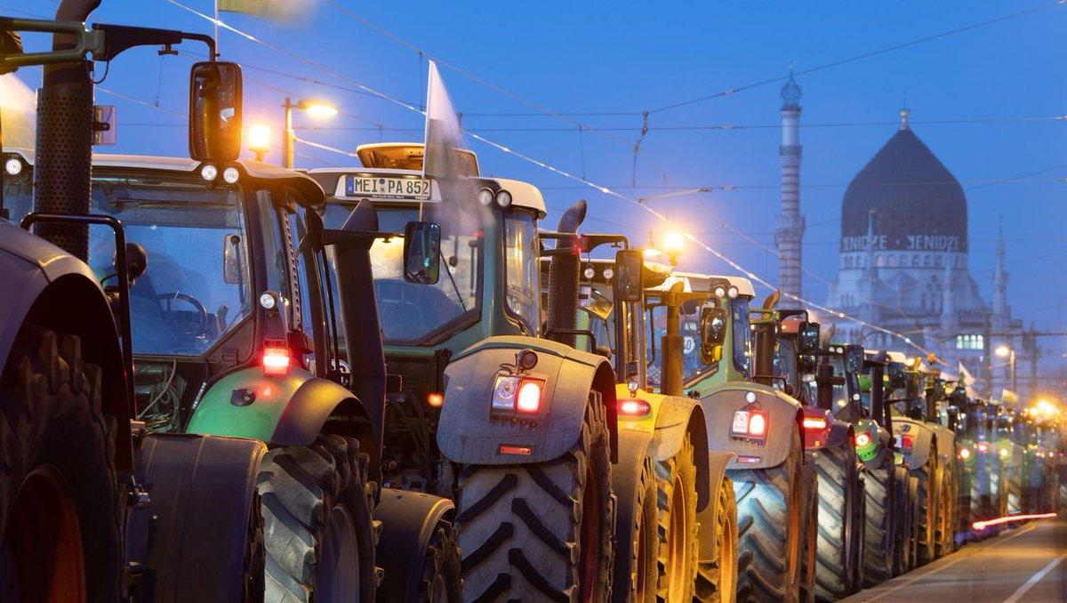 Bauern legen Berufsverkehr lahm http://dlvr.it/RNCT1ypic.twitter.com/ToYc2Bu0WR