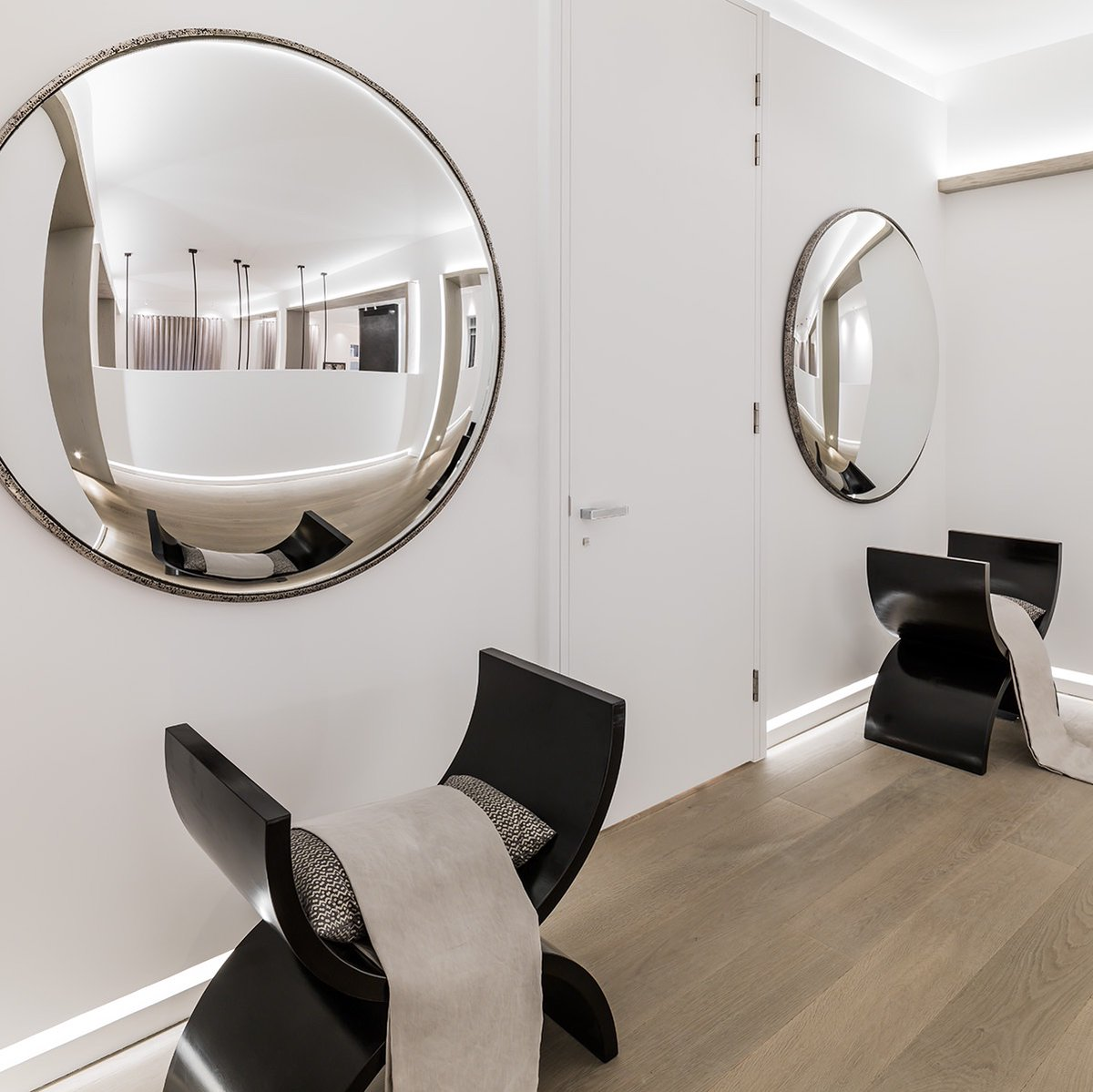 Here, the half - moon chairs underneath the circular mirrors echo each other creating shape and balance in the long corridor. #kellysdesigntips #interiordesign #homeideas pic.twitter.com/yYUlOYEicf
