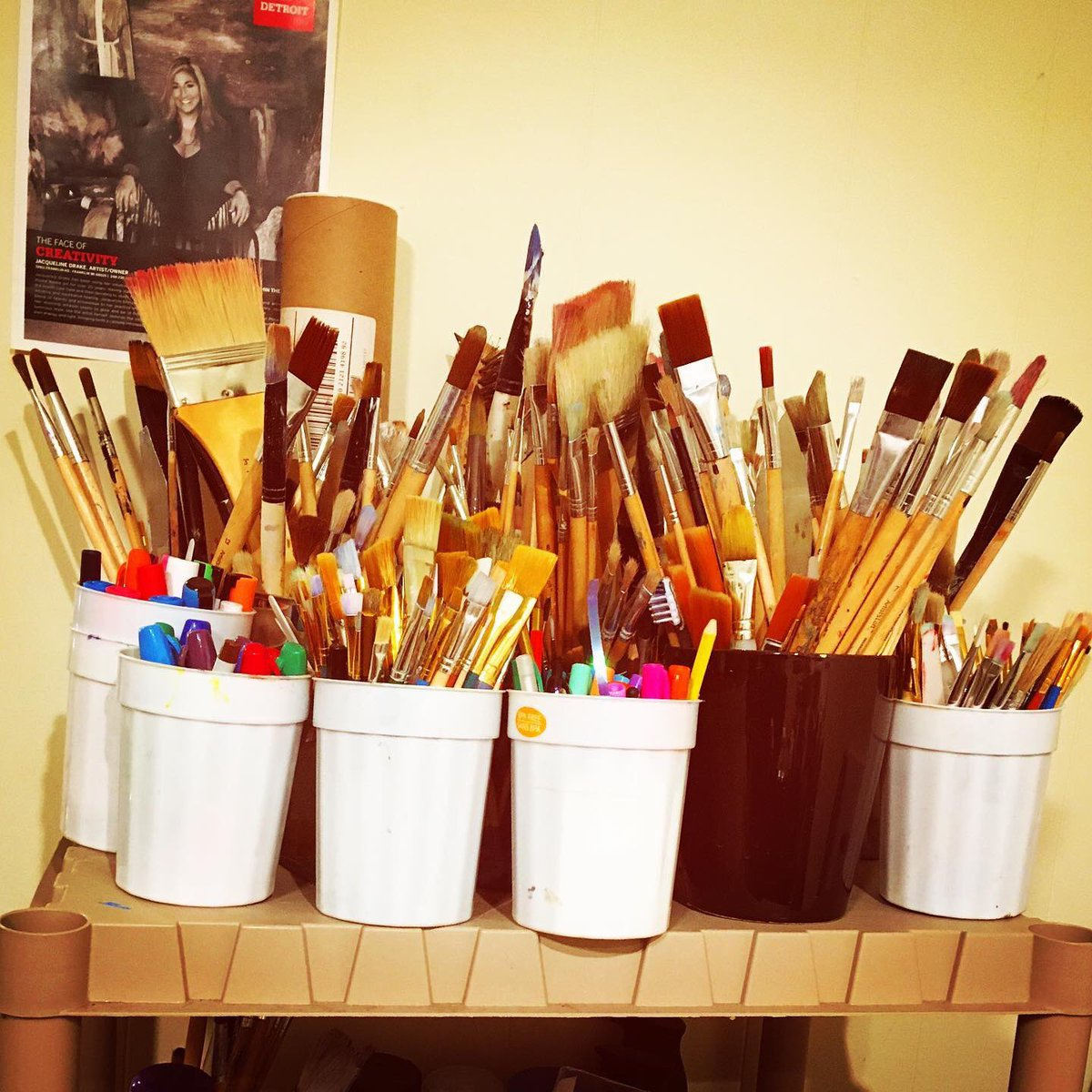 Paint brush collection at our neighbor artist's @artofjacquelinedrake workshop and gallery. Don't forget to visit us on Tuesday 21 at 7 pm to see how Jacqueline proceeds to wax her paintings with encaustic. You can also tour her gallery at any time during the day #art #library