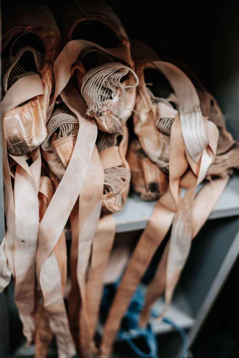 #FridayThoughts ~ The beautiful craftsmanship that goes into every pair of @FreedofLondon pointe shoes, making me feel the freedom that dance gives you on stage  BKG #FridayFeeling #Ballet #Pointeshoes #Dedication #Danceforjoy @mihaelabodlovicpic.twitter.com/LFUfMrIArg