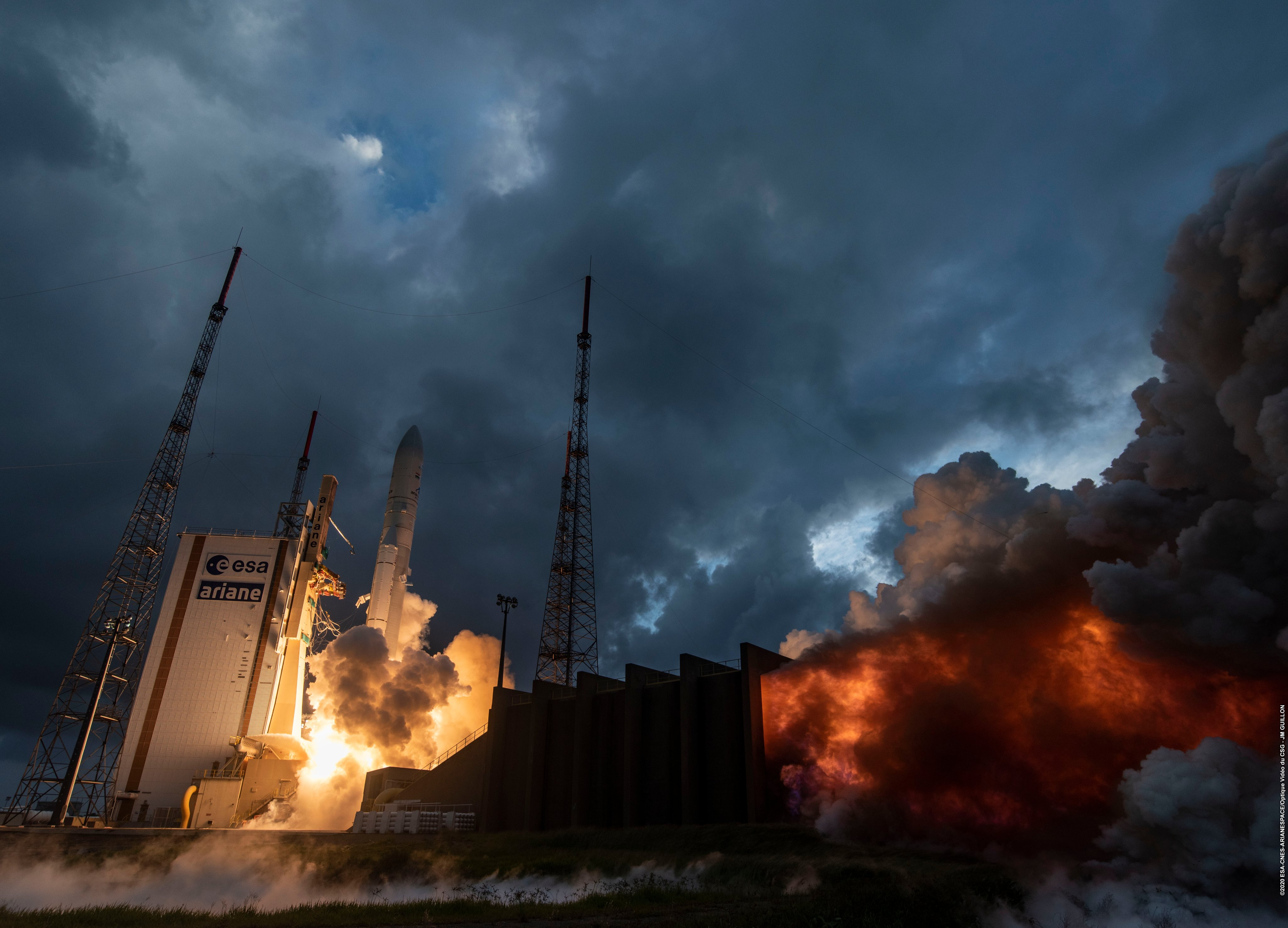Ariane 5 VA251 (Eutelsat Konnect & GSAT 30) - 16.1.2020 - Page 2 EOekhEhX0AEDcP-?format=jpg&name=4096x4096