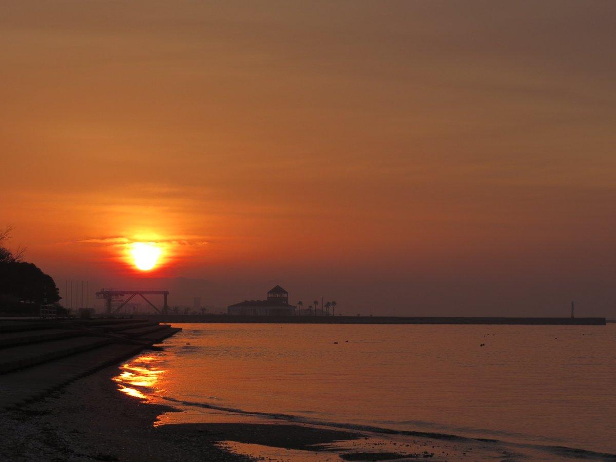 先日のブログで触れた「朝日は右を空け(左に寄せ)、夕日は左を空ける(右に寄せる)」この構図法は広めたい。これから昇っていく方向、すでに沈んできた方向を想像させることで朝日/夕日らしくなります。一度お試しを。#朝日 #夕日 #構図 #写真 #photography