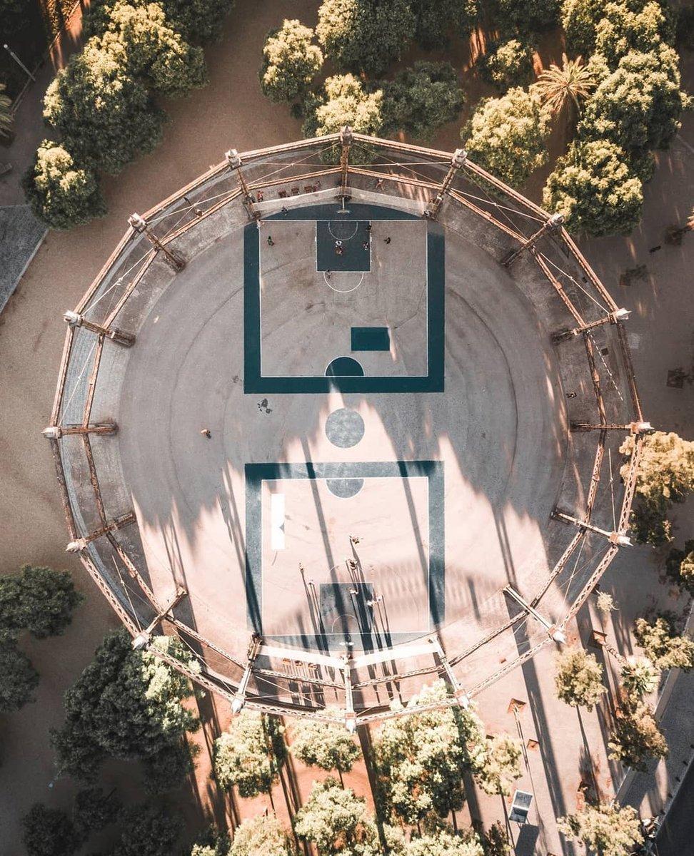 Fans del básquet en Barcelona!  Hoy os traemos una de las canchas más escondidas de la ciudad!    #basketballislife #basketballtraining #basketballgame #basketball#instabasketball #basketballchallenge #dronestagram #aerialphotography #djimavic #mavicpic.twitter.com/indYafRng1