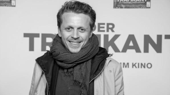 """Schauspieler Schmidt-Modrow mit 34 Jahren gestorben - Er spielte unter anderem in der Fernsehserie """"Sturm der Liebe"""" mit. https://www.svz.de/deutschland-welt/panorama/Schauspieler-Ferdinand-Schmidt-Modrow-mit-34-Jahren-gestorben-id27037292.html…pic.twitter.com/UwxuOU7e9x"""