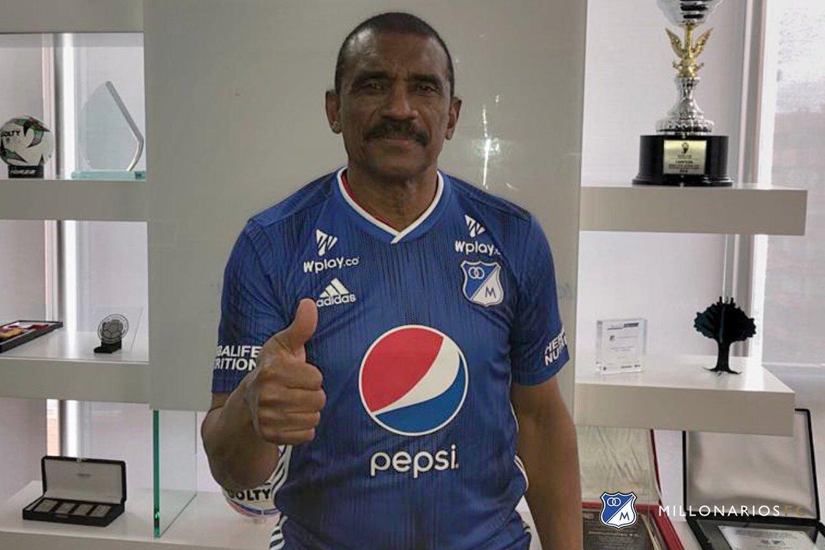 Millonarios FC informa que el profesor Arnoldo Iguarán, gloria de nuestra historia, se une al Cuerpo Técnico del profe Alberto Gamero. Será el nuevo entrenador de delanteros. 😁👍🔵⚪️ ¡Bienvenido de vuelta a casa ídolo! 🔝Ⓜ️⚽️