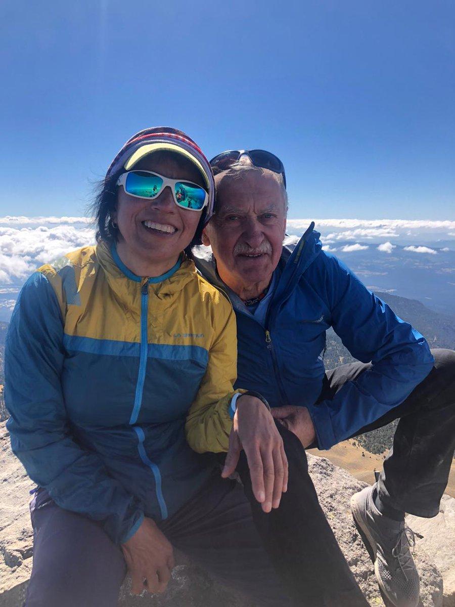 @ElsaAvilaB y Krszysztof Wielicki Alpinista Polaco una leyenda, estamos en la Cima del Nevado de Toluca y la foto tomada por @ixchelfoord RECUERDA: Trekking al Base del Everest con nosotras, infórmate hola.dakini@gmail.com #Mujeres #trekking #everest