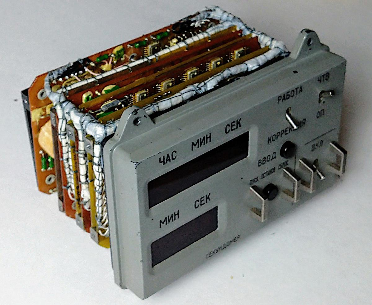 The Soyuz spacecraft used a digital clock on the control panel. Surprisingly complex, the clock had over 100 ICs and a switching power supply crammed inside. I open the clock and explain what all these chips do. Details: righto.com/2020/01/inside…