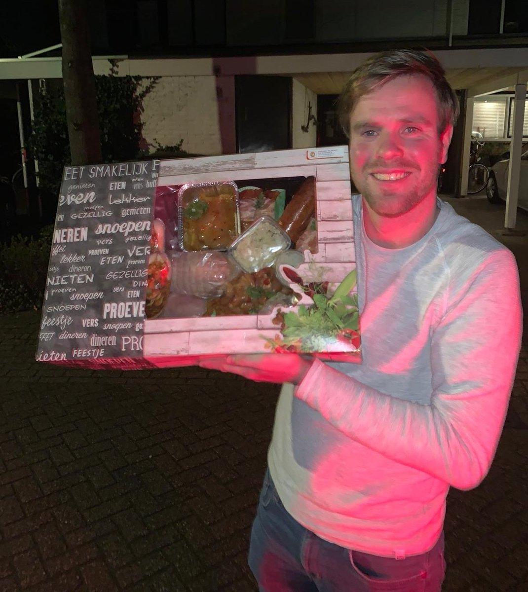 Winnaar van de win-actie voor de wedstrijd Voetbalvereniging DOVO - Ajax ⚽️⚽️, Wesley Schaap nam de kipschotel 🐥🍗 van Poelier De Munt in ontvangst. Geniet ervan Wesley😋!