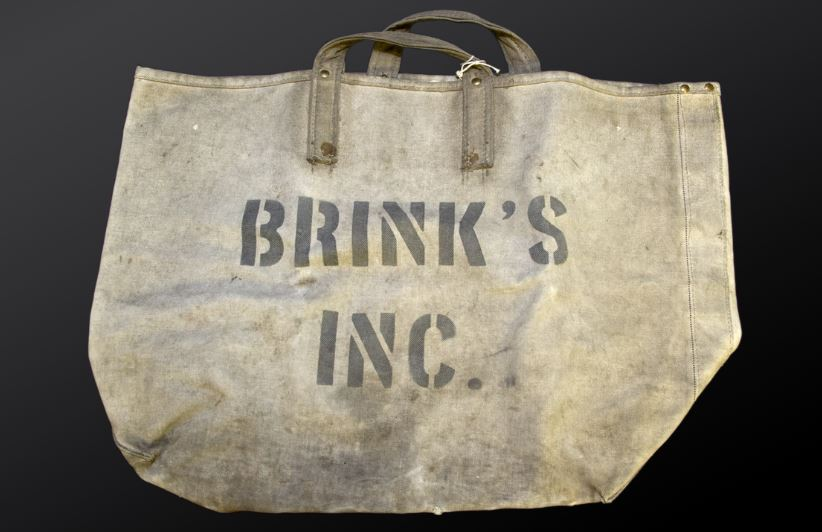 #OTD 70 years ago, a group of armed men wearing Halloween masks & chauffeur caps walked out of Brinks onetime Boston hub with $2.77 million. #FBI historian Dr. John Fox takes us back to the great escape in what was once billed the crime of the century. ow.ly/kGfi50xXw0l