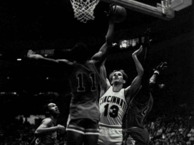 The longest college basketball game ever played was in 1981 when Cincinnati and Bradley played in seven overtimes! Cincinnati ended up winning with a final score of 75-73. Source: http://sports.yahoo.com #ArthurBryantsBarbeque #SportsRecords #CollegeBasketball pic.twitter.com/6TTjNQvB5w