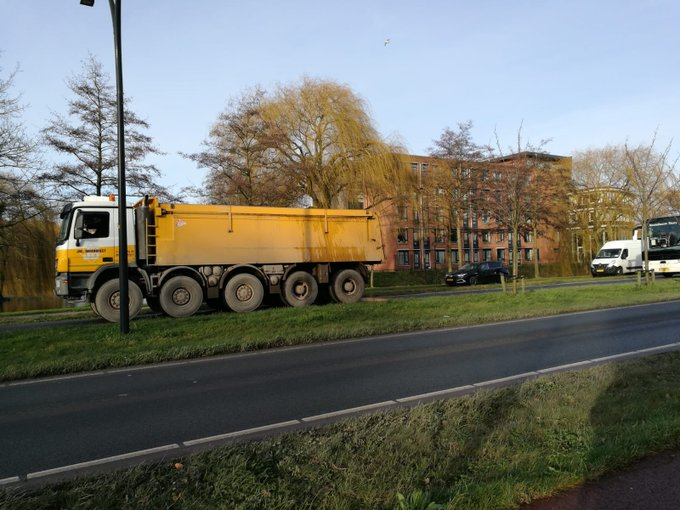 Vrachtwagen met pech op de Laan 1940-1945 in Maasluis is door collega weggesleept. https://t.co/dfDDjW8gOg