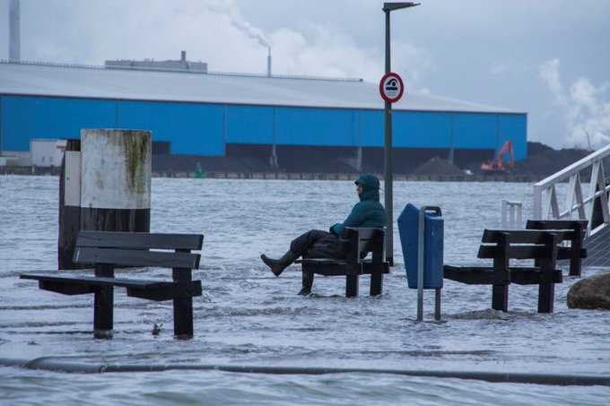 Hoogwater vrijdagavond in Maassluis https://t.co/B2QWWaORBd https://t.co/AxHVEEKxpm