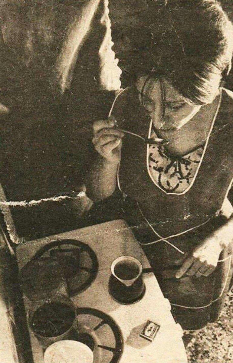 Die berühmte arabische Sängerin Fairuz, Anfang der 70er in Beirut, wie sie mir mit Liebe Mokka macht. Hater werden sagen, das stimmt nicht. pic.twitter.com/C5sDwKw1Sq