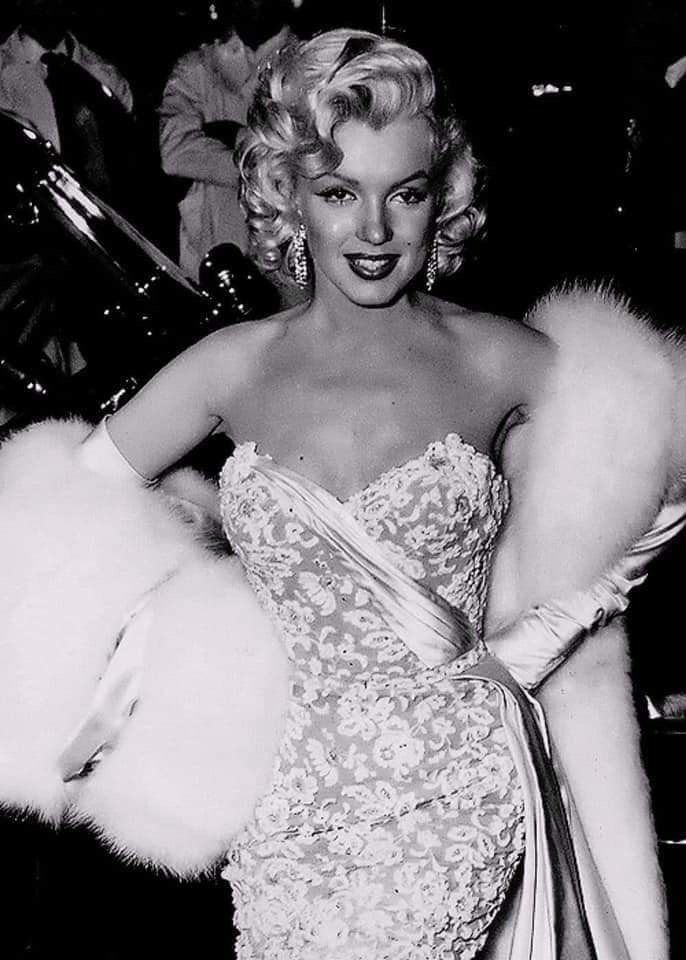 I can't deal with how beautiful she was!!! 😩  Marilyn at the premiere of How To Marry a Millionaire, 1953.   My fave of her glam looks!!!!  #marilynmonroe #howtomarryamillionaire #premiere #beautiful