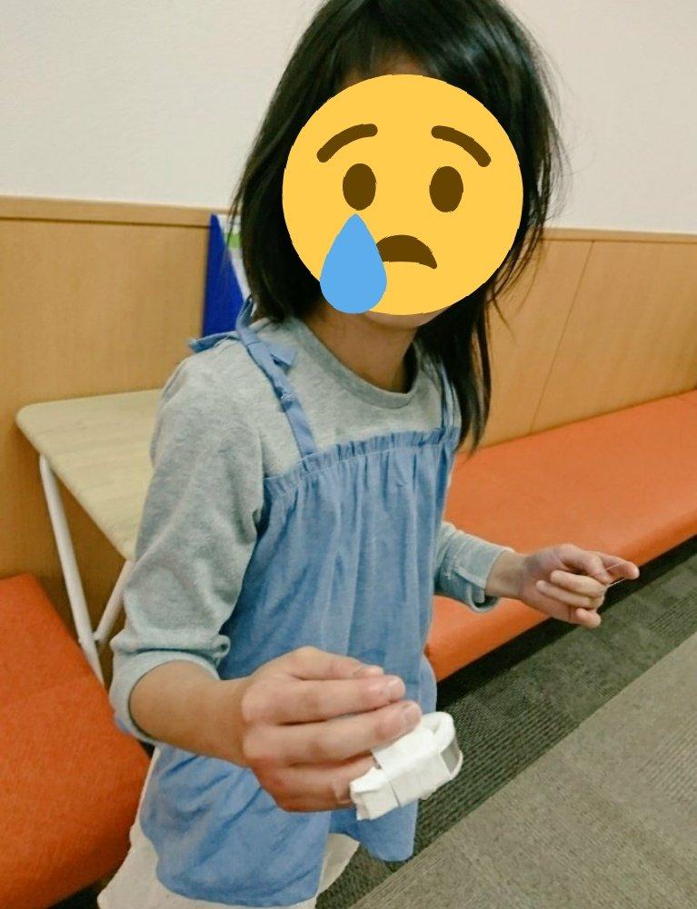 そして昨日は小学校から電話きて怪我したからと呼ばれ病院へ(><) 上の子、自分で勢いよくしめたドアで指先はさみ‥骨に軽いひび、ぱっくり傷は3針縫合((((・・;) 麻酔に号泣でした‥pic.twitter.com/e0dYMUq2PC