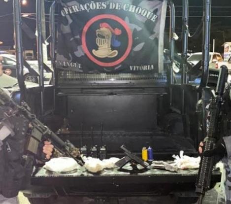 Pistola, granadas, 10 tabletes de maconha, 74 capsulas de cocaína, 70 pedras de crack, rádios comunicadores, munições intactas e carregador apreendidos, após a sua denúncia, durante uma operação no Morro do Santo Antônio, em #AngraDosReis  #continueDenunciando #BPchq #COE  @PMERJ