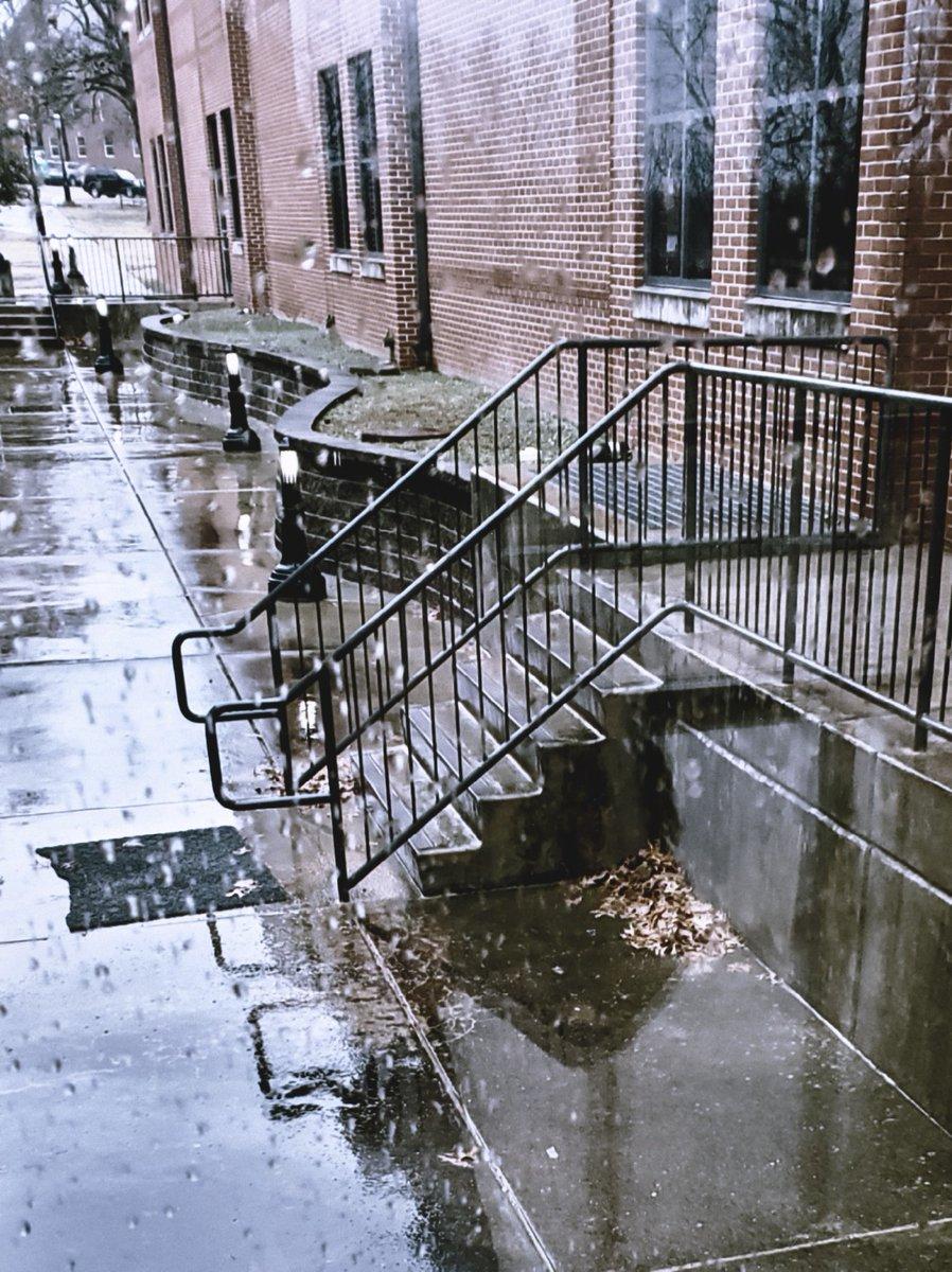 It's a rainy day. pic.twitter.com/i2LqO4uyTq